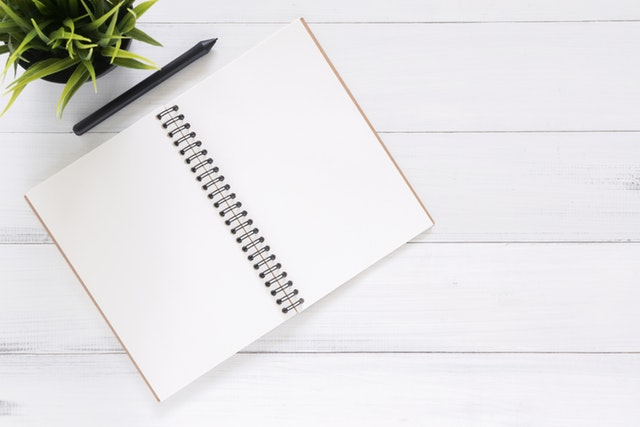 A blank notebook and a pen, all that you need to keep a kratom diary